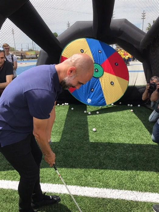 Josep Guardiola provant el swing!